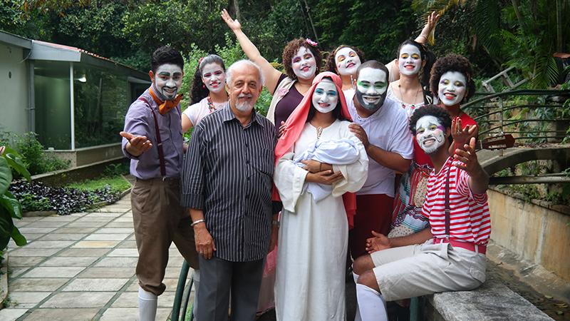 Padre Fernandes e o grupo do Projeto Artes Shalom-RJ