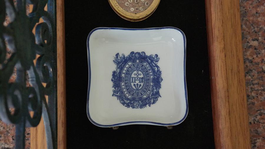Stela em porcelana com o símbolo da Companhia de Jesus