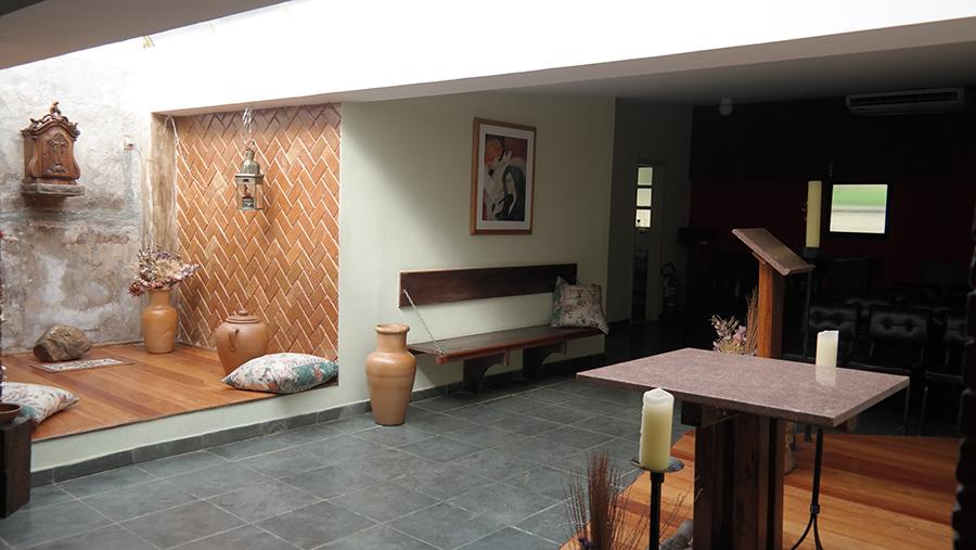 Interior da Capela São José de Anchieta, no Centro Loyola de Fé e Cultura PUC-Rio