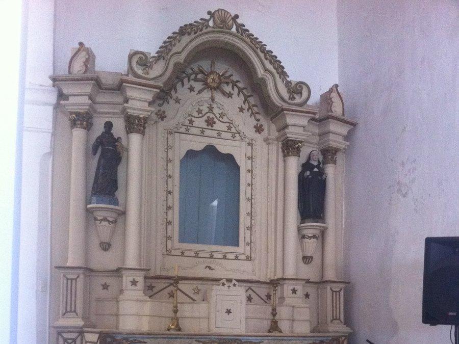 Altar lateral com imagens de São Benedito e Santa Rita de Cássia