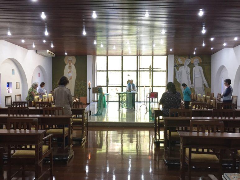 Durante o retiro, são celebradas missas diárias.
