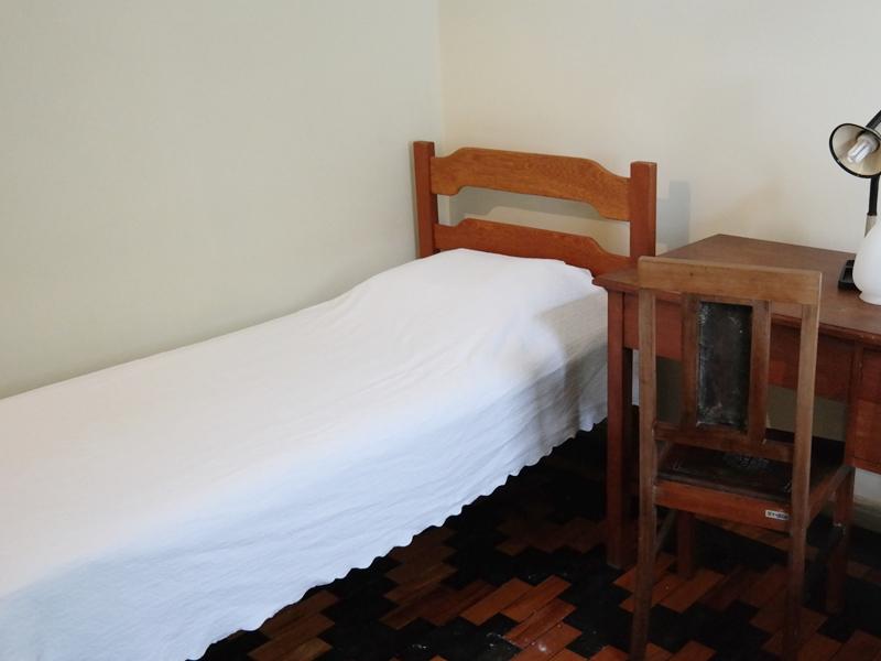 Os participantes são distribuídos em quartos individuais para que mantenham o clima de oração e silêncio durante sua estadia no retiro