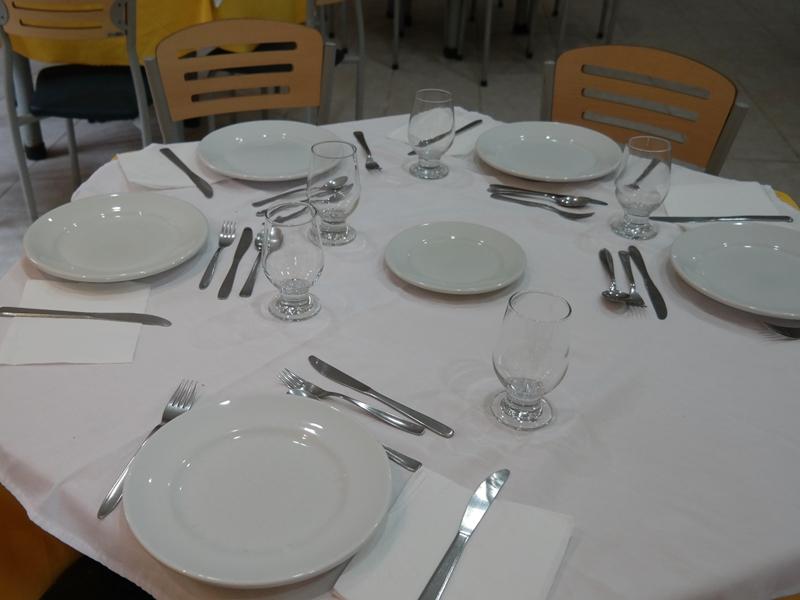 Durante o dia de retiro são servidas seis refeições (café da manhã, lanche, almoço, lanche da tarde, jantar e ceia).